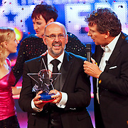 NLD/Hilversum/20100910 - Finale Holland's got Talent 2010, Robert ten Brink rijkt de trofee uit aan winnaar Martin Hurkens