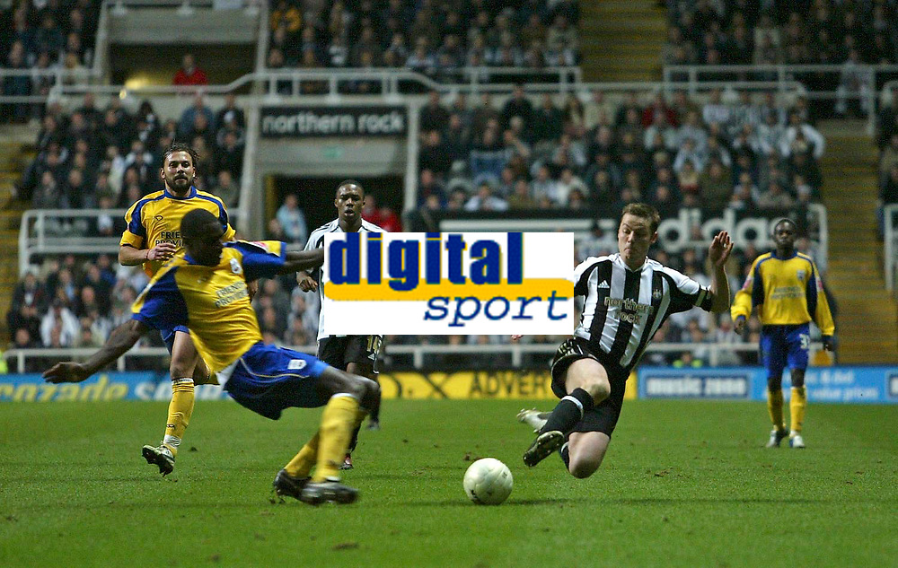 Photo: Andrew Unwin.<br />Newcastle United v Southampton. The FA Cup. 18/02/2006.<br />Southampton's Darren Powell (L) and Newcastle's Scott Parker (R) both look to win the ball.