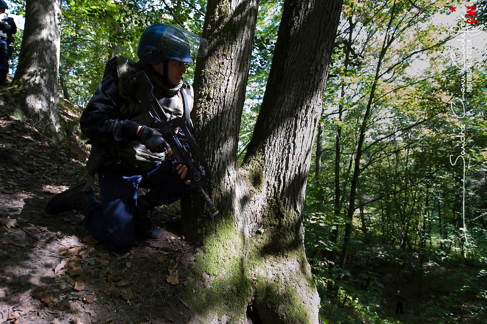 Exercice de préparation OPEX (POPEX) organisé par le Groupement Blindé de Gendarmerie Mobile au profit des escadrons de gendarmes stationnés à Versailles-Satory.<br /> Sécurisation en campagne d'un convoi de véhicules blindés (VBRG) avec binômes observateur-tireur et patrouilles pédestres.<br /> septembre 2010 / Yvelines (78) / FRANCE<br /> Cliquez ci-dessous pour voir le reportage complet (60 photos) en accès réservé<br /> http://sandrachenugodefroy.photoshelter.com/gallery/2010-09-Preparation-OPEX-du-GBGM-Complet/G0000V7atVFFw.S8/C0000yuz5WpdBLSQ