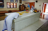 Inde, Bengale Occidental, Calcutta (Kolkata), Mission de mere Teresa, sa tombe // India, West Bengal, Kolkata, Calcutta, Mother Teresa tomb