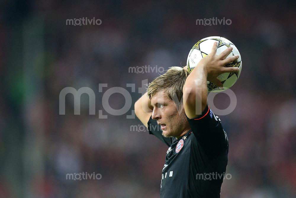 FUSSBALL   CHAMPIONS LEAGUE   SAISON 2012/2013   GRUPPENPHASE   FC Bayern Muenchen - FC Valencia                            19.09.2012 Einwurf von Toni Kroos (FC Bayern Muenchen)