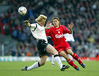 Fotball: Liverpool Michael Owen and Bolton Wanderers Colin Hendry during the 1-1 Premiership draw at Anfield. Tuesday 1st January 2002.<br /><br />Foto: David Rawcliffe/Digitalsport