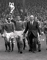 Fotball<br /> Manchester United historie<br /> Foto: Colorsport/Digitalsport<br /> NORWAY ONLY<br /> <br /> Bildene inngår ikke i nettavtalene<br /> <br /> United team lap of honor. Bill Foulkes - Manchester United,holds aloft the League Championship Trophy with Manager Matt Busby by his side. L to R. Charlton,Shay Brennan, John Aston, Foulkes, Best (behind), Alex Stepney, Busby, Paddy Crerand, Denis Law,Tony Dunne and Jim Ryan.Manchester United v Stoke City 13/5/67.