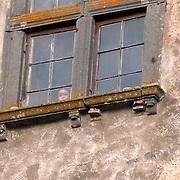 ITA/Bracchiano/20061118 - Huwelijk Tom Cruise en Katie Holmes, kind achter raam van kasteel