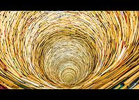 Prague, la ville aux mille tours et mille clochers, n'a pas seulement inspire Andre Breton et les surrealistes. Chaque annee, la belle Tcheque seduit des millions d'admirateurs du monde entier. Monuments, façades et statues racontent une histoire mouvementee ou planent les ombres du Golem, de Mucha ou de Kafka.<br /> Depuis 1992, le centre ville historique est inscrit sur la liste du patrimoine mondial par l'UNESCO<br /> <br /> Le puit de livres de la bibliotheque de Prague