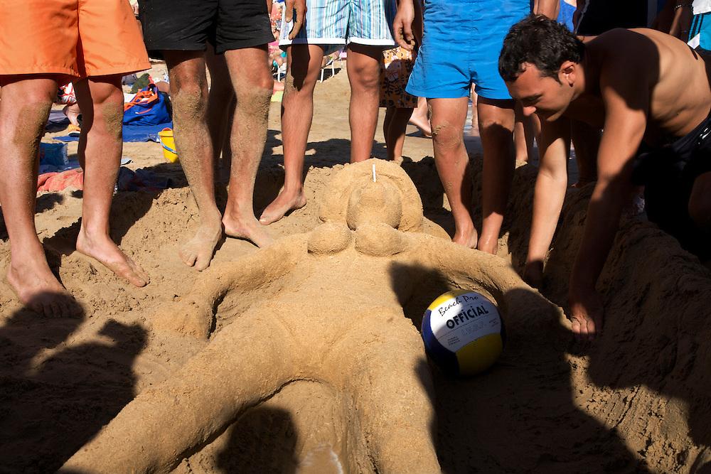 05/Marzo//2009 Madrid.Turistas haciendo figuras de arena en la Playa de Levante..©JOAN COSTA....