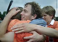 Hockey: Europacup I voor mannen. finale: Bloemendaal-Harvestehude(Duitsl. 3-1. Vreugde na afloop bij oa Terun de Nooijer (m), die uitgeroepen werd tot beste speler van het toernooi en rechts Maarten Froger, die twee keer scoorde.