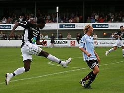 Djiby Fall (Randers FC) afslutter forbi Christian Pind (Elite 3000).
