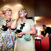 Nederland,Amsterdam ,8 juni 2008..Majoor Bosshardt Prijs. Erica Terpstra en Willeke Alberti staan de pers te woord bij het zojuist onthulde Majoor Bosshardt beeldje in het Krasnapolskihotel nadat aan hun de Majoor bosshardt prijs is uitgereikt.De prijsuitreiking zal worden georganiseerd op 8 juni in NH Grand Hotel Krasnapolsky in