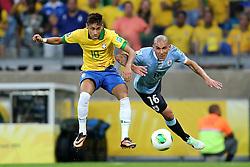 Neymar divide com Maximiliano Pereira na partida entre Brasil e Uruguai válida pela Copa das Confederações, no Estádio Mineirão, em Belo Horizonte-MG. FOTO: Jefferson Bernardes/Preview.com