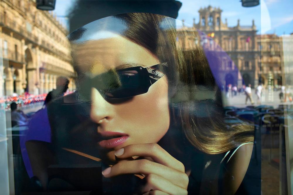 España. Castilla-La Mancha. Salamanca <br /> Escaparate de una tienda en la Plaza Mayor<br /> <br /> © JOAN COSTA