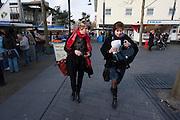 Ruth Peetoom (rechts) loopt met een campagnemedewerker door Zeewolde naar de zaal waar ze leden zal ontmoeten. Ze bezoekt de provincie Flevoland en Heerenveen tijdens haar campagne als kandidaat-voorzitter van het CDA. Peetoom wil weten wat de CDA leden willen en haar verhaal vertellen, zodat de leden weten op wie ze kunnen stemmen