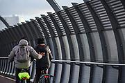 Cyclist gives other cyclist a helping hand. | Fietser geeft andere fietser een duwtje in de rug.
