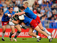 Photo: Henry Browne.<br /> Stade Francais v Leicester Tigers. Heineken Cup.<br /> 29/10/2005.<br /> Stade players get stuck into Danny Hipkiss of Tigers.