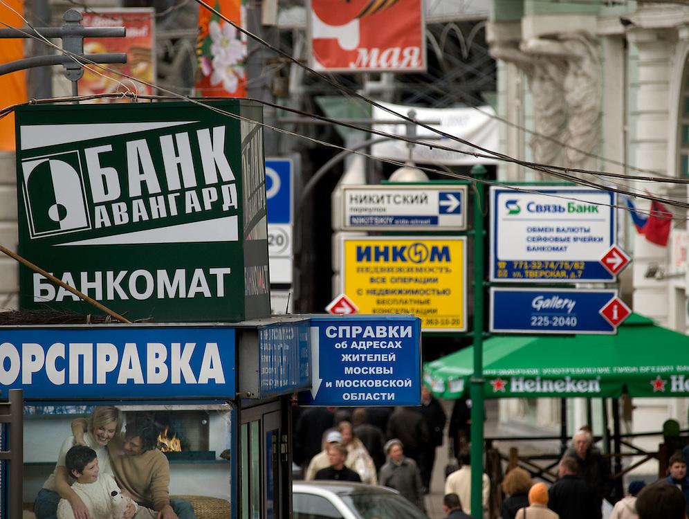 Moskau/Russische Foederation, RUS, 07.05.2008: Schilderwald auf der Prachtstrasse Twerskaja im Zentrum der russischen Metropole.<br /> <br /> Moscow/Russian Federation, RUS, 07.05.2008: Forest of signs at the Twerskaja avenue in the city center of the Russian metropolis.