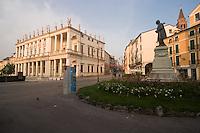 VICENZA, CENTRO STORICO, PALAZZO CHIERICATI (architetto Andrea Palladio 1550), E PIAZZA MATTEOTTI, MONUMENTO A FEDELE LAMPERTICO, VENETO, ITALIA