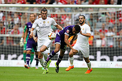04.08.2015, Allianz Arena, Muenchen, GER, AUDI CUP, Real Madrid vs Tottenham Hotspur, im Bild l-r: im Zweikampf, Aktion, mit Gareth Bale #11 (Real Madrid) und Dele Alli #20 (Tottenham Hotspur) // during the 2015 Audi Cup Match between Real Madrid and Tottenham Hotspur at the Allianz Arena in Muenchen, Germany on 2015/08/04. EXPA Pictures © 2015, PhotoCredit: EXPA/ Eibner-Pressefoto/ Kolbert<br /> <br /> *****ATTENTION - OUT of GER*****