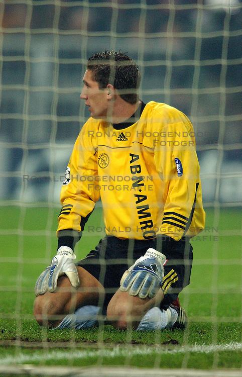 10-12-2002 VOETBAL: CHAMPIONS LEAGUE AJAX - AS ROMA: AMSTERDAM<br /> Maarten Stekelenburg ziit verslagen op de grond als Batistuta drie minuten voor tijd de 2-1 inkopt.<br /> ©2002-Ronald Hoogendoorn