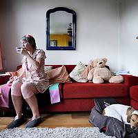 Nederland, Amsterdam , 9 juli 2014.<br /> Berri Sciarone in haar woonkamer.<br /> Zij is eind november aangereden door een scooter, lag in coma en is inmiddels herstellende<br /> Foto:Jean-Pierre Jans