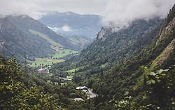 THEMENBILD - der Ausblick vom Schrägaufzug auf das Kapruner Tal und das Kesselfallhaus. Der Ausgangspunkt zu den Kapruner Hochgebirgsstauseen, aufgenommen am 10. August 2018, Kaprun, Österreich // the view from the inclined lift to the Kapruner valley and the Kesselfallhaus. The starting point to the Kapruner high mountain reservoirs on 2018/08/10, Kaprun, Austria. EXPA Pictures © 2018, PhotoCredit: EXPA/ Stefanie Oberhauser