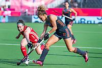 ANTWERPEN - Maria Verschoor (Ned) met Laura Unsworth (Eng) ) tijdens halve finale vrouwen, Nederland-Engeland ,  bij het Europees kampioenschap hockey.  COPYRIGHT KOEN SUYK