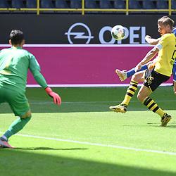 27.06.2020, xmeix, 1.Fussball Bundesliga, Borussia Dortmund - TSG 1899 Hoffenheim, empor. v.l.n.r, <br /> Roman Buerki (Borussia Dortmund) und Lukasz Piszczek gegen Andrej Kramaric (TSG 1899 Hoffenheim)<br /> <br /> <br /> <br /> Foto: Sascha Meiser/APF/Pool/PIX-Sportfotos<br /> <br /> Nur für journalistische Zwecke!<br /> Only for editorial use!<br /> Nutzungsbedingungen: http://poolbilder.de/nutzungsvereinbarung.pdf<br /> <br /> Foto © PIX-Sportfotos *** Foto ist honorarpflichtig! *** Auf Anfrage in hoeherer Qualitaet/Aufloesung. Belegexemplar erbeten. Veroeffentlichung ausschliesslich fuer journalistisch-publizistische Zwecke. For editorial use only. DFL regulations prohibit any use of photographs as image sequences and/or quasi-video.