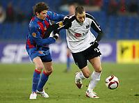 Fotball , 16. desember 2009 ,  Basel - Fulham , Europa League<br /> Basels David Abraham gegen Fulhams Bobby Zamora<br /> Norway only