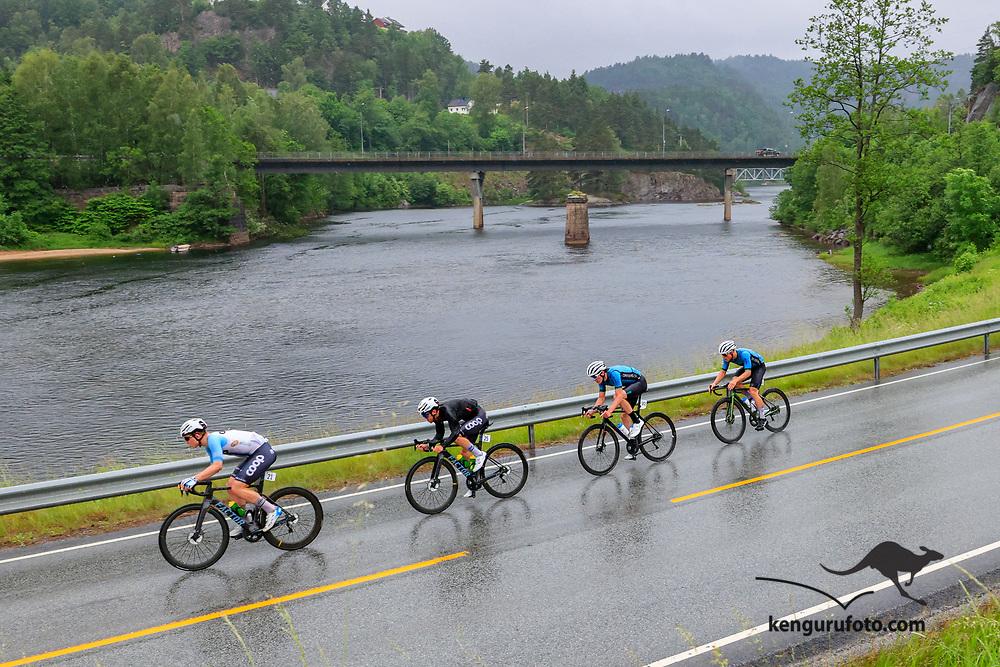 Fra herrenes elite start under NM på sykkel 2021 i Kristiansand. Hovedfeltet passerer Kvarstein bru langsmed elva Otra på vei til Kristiansand.