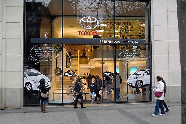 Frankrijk, Parijs, 28-3-2010Winkel van Toyota aan de champs elysees. Exterieur.Foto: Flip Franssen/Hollandse Hoogte