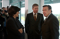 22 OCT 2003, BERLIN/GERMANY:<br /> Ulla Schmidt (L), SPD, Bundesgesundheitsministerin, und Wolfgang Clement (M), SPD, Bundeswirtschaftsminister, und Gerhard Schroeder (R), SPD, Bundeskanzler, im Gespraech, vor Beginn einer Kabinettsitzung, Bundeskanzleramt<br /> IMAGE: 20031022-01-017<br /> KEYWORDS: Kabinett, Sitzung, Gespräch, Gerhard Schröder