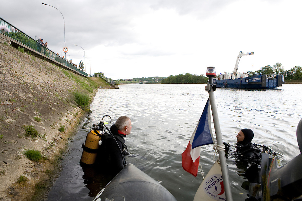 Ablon sur Seine, France. 8 Mai 2009..Brigade Fluviale de Paris..16h49 Intervention a Ablon suite a la tentative de suicide d'une femme qui s'est jeté dans la Seine avec sa voiture...Ablon sur Seine, France. May 8th 2009..Paris fluvial squad..4:49 pm Intervention in Ablon following the suicide of a woman who threw herself into the river with her car...