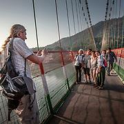 2016 10 14 Rishikesh Uttarakhand Indien<br /> Roger Pettersson fotograferar fyra kvinnor<br /> <br /> ----<br /> FOTO : JOACHIM NYWALL KOD 0708840825_1<br /> COPYRIGHT JOACHIM NYWALL<br /> <br /> ***BETALBILD***<br /> Redovisas till <br /> NYWALL MEDIA AB<br /> Strandgatan 30<br /> 461 31 Trollhättan<br /> Prislista enl BLF , om inget annat avtalas.