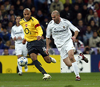Photo: Chris Ratcliffe.<br />Real Madrid v Arsenal. UEFA Champions League. 2nd Round, 1st Leg. 21/02/2006.<br />French Connection, Zinedine Zidane of Real Madrid tussles with Thierry Henry of Arsenal.