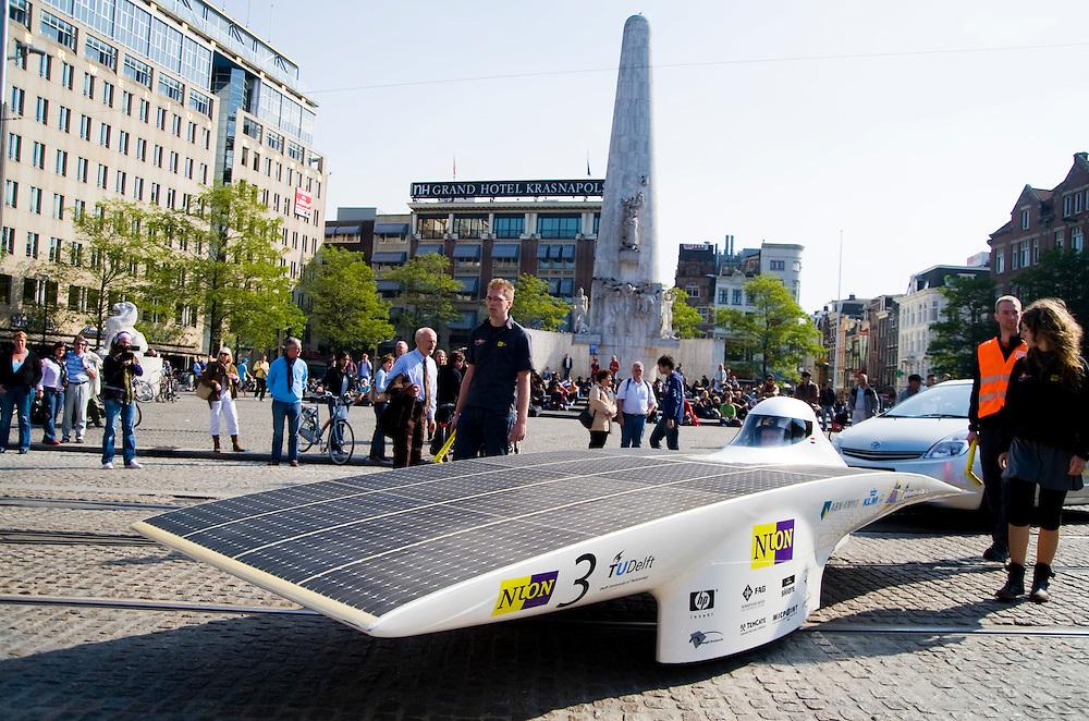 Nederland,  Amsterdam, 21 sept 2008.Autovrije dag Amsterdam. In de Schoner Vervoer Toer rijd ook de Nuna mee, de door delftse studenten gebouwde zonne-auto die de Solar Challenge in Australie heeft gewonnen.. .Foto (c) Michiel Wijnbergh