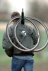 03-04-2006 WIELRENNEN: COURSE DOTTIGNIES: BELGIE<br /> Wielen werden aan de hand meegenomen / wielren item<br /> ©2006-WWW.FOTOHOOGENDOORN.NL