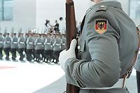 05 JUL 2001, BERLIN/GERMANY:<br /> Das Wachbataillon der Bundeswehr marschiert - vor der Begruessung eines Staatsgastes mit militärischen Ehren -  in den Hof des Bundeskanzleramtes, vorn ein Soldat der seine Position an der Eingangstuere des Kanzleramtes hat.<br /> IMAGE: 20010705-01/01-04<br /> KEYWORDS: Bundeswehr, army, Soldat, Soldaten, Uniform