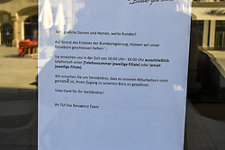 15.03.2020, Innsbruck, AUT, Coronavirus, Ausgangssperre in ganz Tirol, Tirol hat de facto eine Ausgangssperre verhängt. In einer Stellungnahme erklärte Landeshauptmann Günther Platter am Vormittag, die Tirolerinnen und Tiroler dürften die Wohnung nicht verlassen, davon gibt es nur wenige Ausnahmen, im Bild Reisebüro Geschlossen // during a Curfew all over Tyrol, Tirol has de facto imposed a curfew. In a statement, Governor Günther Platter said in the morning that the Tyroleans were not allowed to leave the apartment, there are only a few exceptions. Innsbruck, Austria on 2020/03/15. EXPA Pictures © 2020, PhotoCredit: EXPA/ Erich Spiess