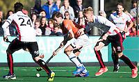 BLOEMENDAAL - HOCKEY -  Florian Fuchs (Bl'daal) met links Robert van de Horst (Oranje-Rood) en rechts Joep de Mol (Oranje-Rood) ) tijdens de competitie hoofdklasse hockeywedstrijd Bloemendaal -ORANJE-ROOD (4-1)  COPYRIGHT KOEN SUYK