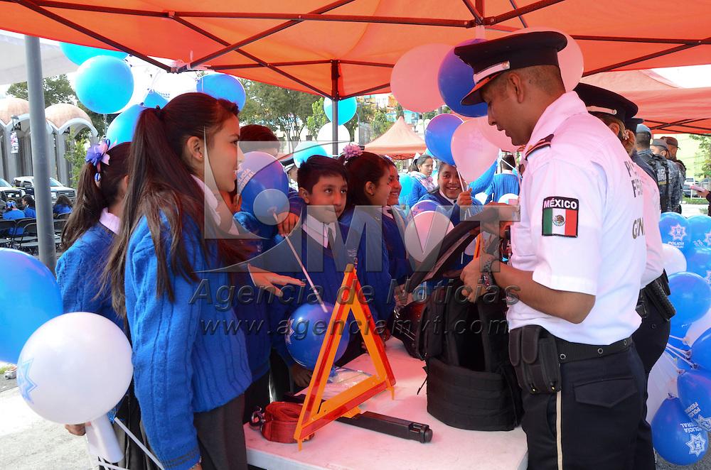 Toluca, México (Octubre 26, 2016).- Elementos de la Policía Federal realizaron una exhibición en la explanada del Teatro Morelos en el marco del concierto de la Orquesta y Mariachi de la Policía Federal, estudiantes de secundaria pudieron convivir con los policías y conocer mas acerca de su trabajo.  Agencia MVT / José Hernández
