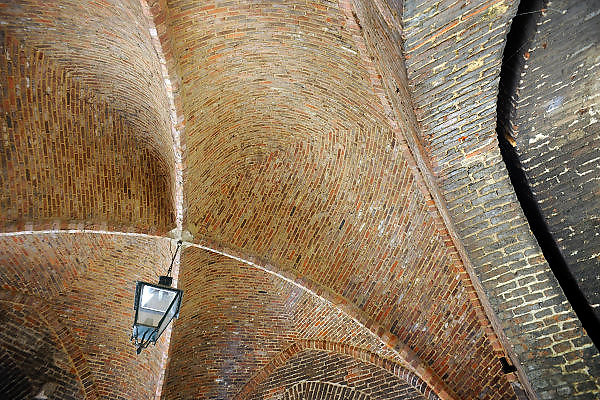 Nederland, Zutphen, 17-6-2009Onderdoorgang van deen stadspoort in het oude centrum van de stad. Boogconstructie.Foto: Flip Franssen/Hollandse Hoogte