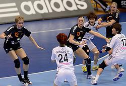 08-12-2013 HANDBAL: WERELD KAMPIOENSCHAP ZUID KOREA - NEDERLAND: BELGRADO <br /> 21st Women s Handball World Championship Belgrade. Nederland verliest de tweede partij van het WK met 29-26 van Korea / (L-R) Fabienne Logtenberg, Fabienne Logtenberg, Nycke Groot<br /> ©2013-WWW.FOTOHOOGENDOORN.NL