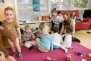 Nederland, Helmond, 20090407...Maatschappelijke stage...Leerlingen helpen bij een kinderdagverblijf...Spelletjes doen met de kinderen en de kinderen verzorgen...Derde klassers van het Dr Knippenbergcollege in Helmond doen een maatschappelijke stage in de wijk Helmond-West.....Netherlands, Helmond, 20090407. ..Social support work...Students help at a day nursery. ..Doing games with children and nursing the children...Third graders from the College, Dr Knippenberg Helmond do a social work placement in the district Helmond-West. ..