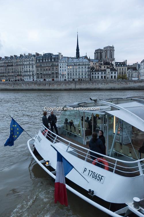 France. Paris. 4th district . Saint louis island , seine river ,and Notre Dame on ile de la cite  / La seine notre dame et l'ile de la cite
