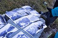"""Studio delle foto storiche che il gruppo """"Sulle tracce dei Ghiacciai"""" dovrà riprodurre il più fedelmente possibile. Non essendoci GPS nel 1800, la ricerca del punto esatto può durare anche un intera giornata. Lombardia, Agosto 2020."""