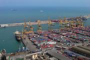 Spanje, Barcelona, 5-6-2005..Zicht op de industrieele haven, containers, containerhaven, industrie, handel, import, economie, scheepvaart, export, handelsbalans...Foto: Flip Franssen