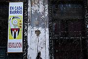 Havana, 12 de Maio de 2011..Cartaz de um CDR (Comite de Defesa da Revolucao) nas ruas de Havana Velha..Cartel de un CDR (Comité para la Defensa de la Revolución) en las calles de La Habana Vieja..Foto: LEO DRUMOND / NITRO