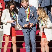 NLD/Den Haag/20160824 - Huldiging sporters Rio 2016, Ferry Weertman laat zijn selfie zien aan Naomie van As en Ellen Hoog