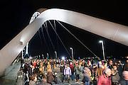 Nederland, Nijmegen, 23-11-2013Zaterdag is de nieuwe stadsbrug van de stad Nijmegen, de Oversteek, in gebruik genomen, geopend. Op de foto neemt het publiek de brug in bezit. Ongeveer 10.000 mensen liepen naar de andere kant en terug. Dit gebeurde door het in twee jeeps afrijden van de brug van Zuid naar Noord door de twee enige nog levende veteranen van de oversteek in 1944. De brug is vernoemd naar de heldhaftige oversteek van de rivier de Waal die Amerikaanse soldaten op dit punt maakten tijdens de operatie Market Garden in de tweede wereldoorlog om met succes de oude Waalbrug te veroveren. De overspanning is een belangrijke schakel in de ontlasting van de stad van het doorgaande verkeerDe Oversteek is een boogbrug van 285 meter lang en 60 meter hoog en is de op een na langste hoofd overspanning van Nederland, en de grootste boogbrug van Europa met een enkelvoudige boog.De brug wordt 23 november in gebruik genomen.De nieuwe oeververbinding moet zorgen voor een betere spreiding en doorstroming van verkeer binnen de stad Nijmegen. Na 75 jaar is er eindelijk een tweede vaste verbinding voor de stad. De oude waalbrug krijgt vanaf eind dit jaar groot onderhoud, waarna de volle capaciteit van beide bruggen pas gebruikt kan worden. De skyline van de stad is veranderd.De brug is een ontwerp van de Belgische architecten Ney en Paulissen. Foto: Flip Franssen/Hollandse Hoogte