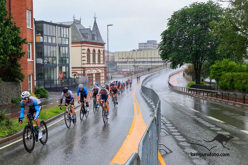 Fra herrenes elite start under NM på sykkel 2021 i Kristiansand. Hovedfeltet passerer over Lundsbroa i Kristiansand.