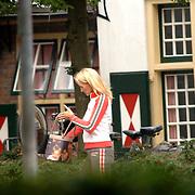 NLD/Laren/20060918 - Natascha Froger - Kunst verlaat het terras met een tas met foto van haar kinderen